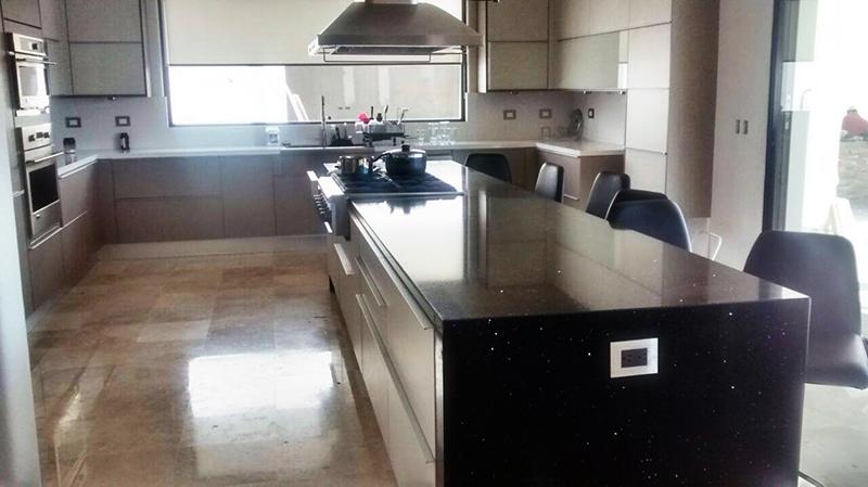 Cocina con cubierta en cuarzo negro estelar combinada con for Cubierta cocina